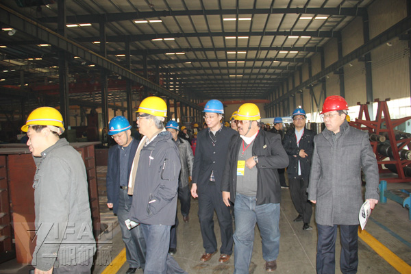 Yifan Machinery Technical Director to lead Indonesia Asphalt Concrete Association delegation visited the production plant After the visit, YIFAN Machinery invite foreign friends were photographed, and exchange presents.